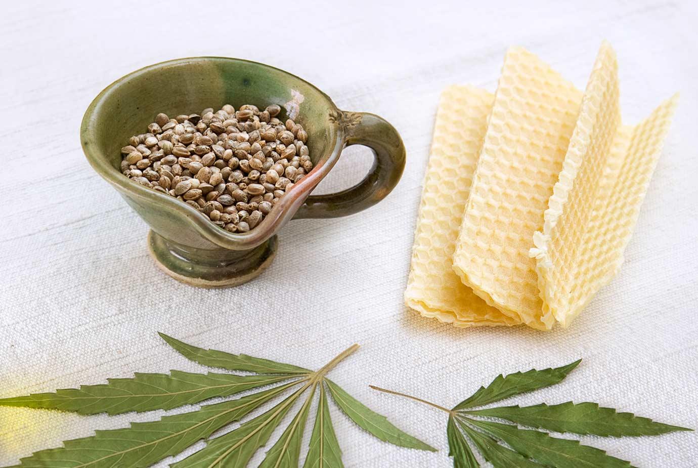 L'huile de chanvre est obtenue à partir des Graine de chanvre. L'huile de chanvre et la cire d'abeille, matières premières des produits Canna d'Oc.